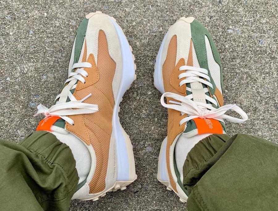 New Balance 327 beige marron verte on feet (2)
