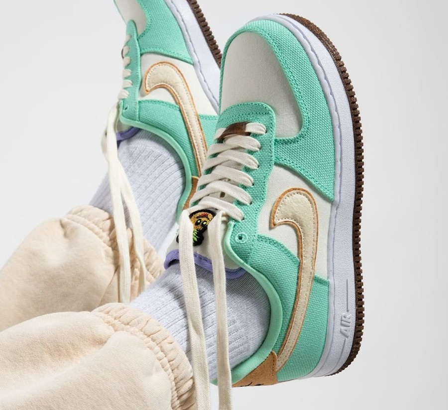 Nike Air Force One ananas en toile recyclée vert pastel on feet (2)