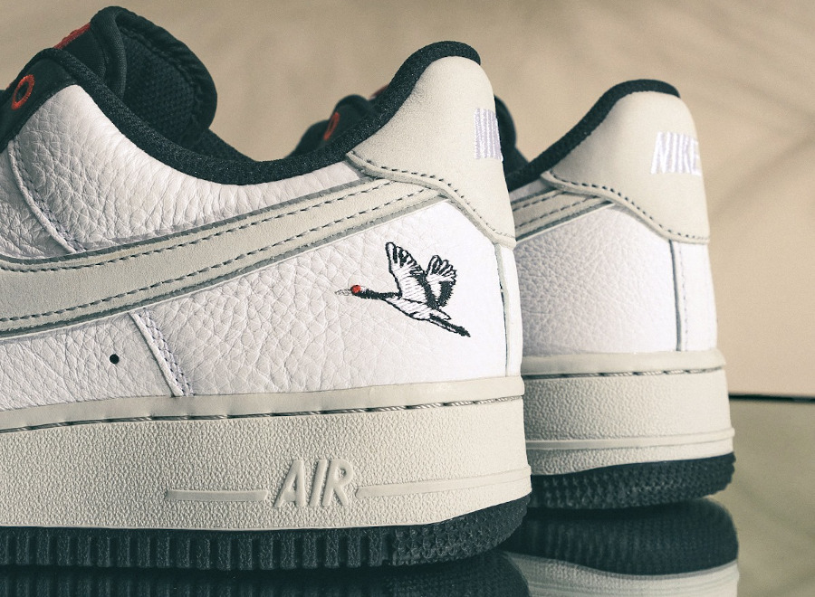 Nike Air Force One blanche (broderie de grue à couronne rouge) (1)