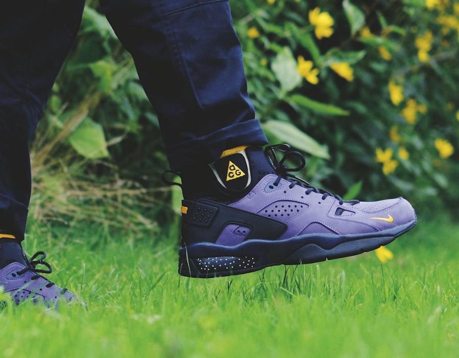 Nike Air Mowabb noire et jaune (suède violet) on feet (1)