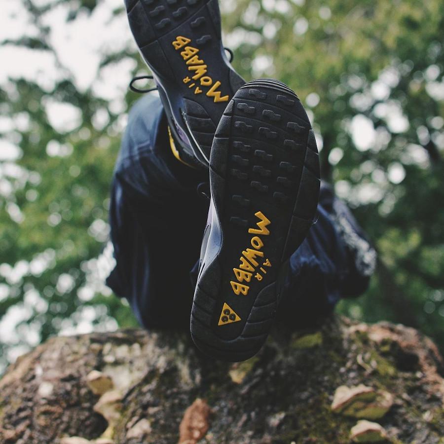 Nike Air Mowabb noire et jaune (suède violet) on feet (3)