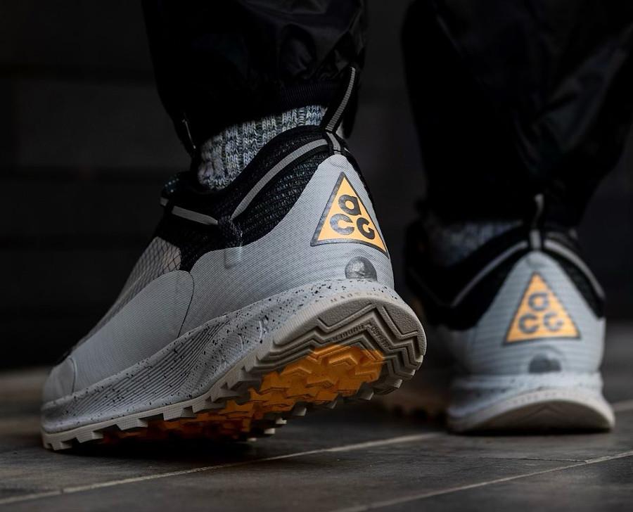 Nike Air Nasu II grise argent métallique on feet (1)