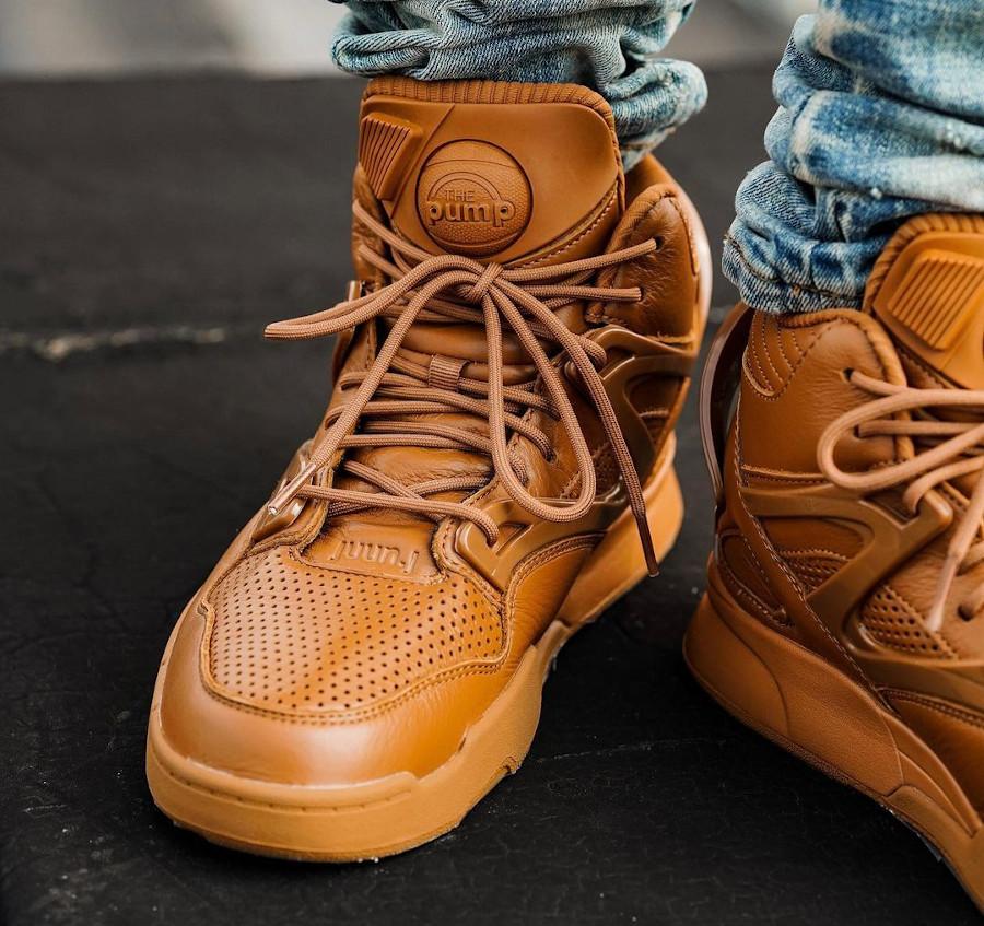 Reebok Omnizone II marron caramel on feet (2)