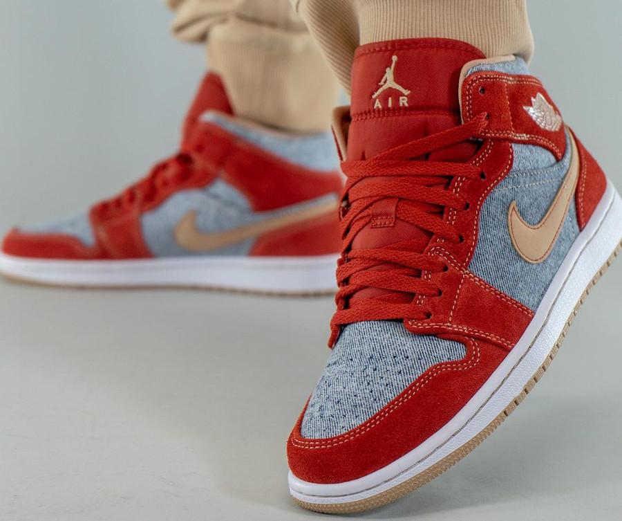 Air Jordan One Mid en suède rouge et en jeans bleu délavé (3)