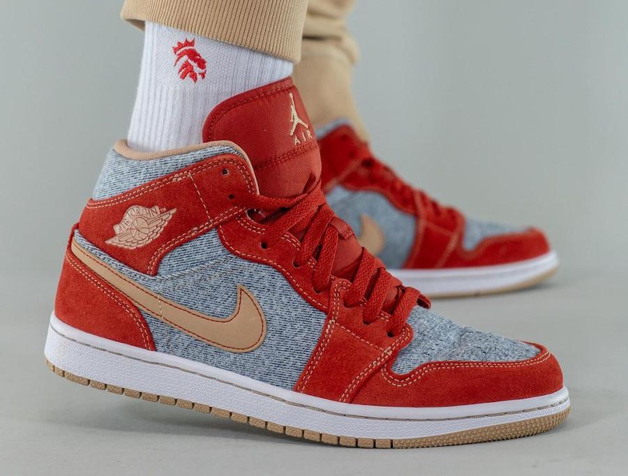 Air Jordan One Mid en suède rouge et en jeans bleu délavé (4)