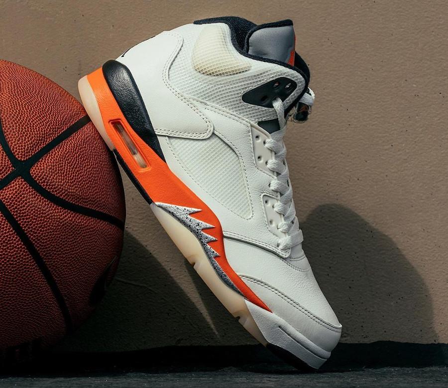 Air Jordan V blanc cassé et orange réflechissante (1)