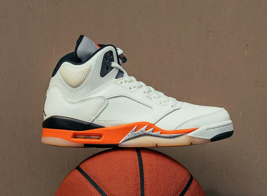 Air Jordan V blanc cassé et orange réflechissante (2)
