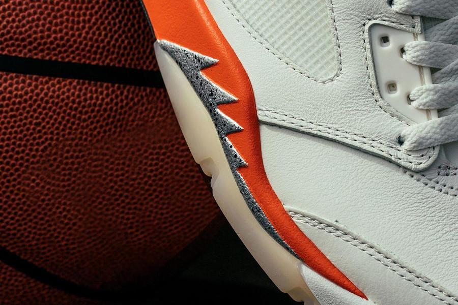 Air Jordan V blanc cassé et orange réflechissante (3)