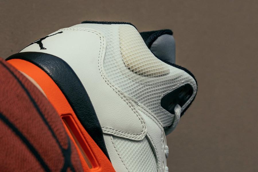 Air Jordan V blanc cassé et orange réflechissante (4)