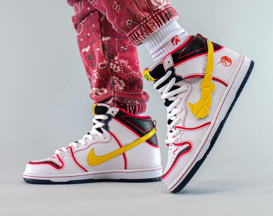 Bandai x Nike Dunk High Pro SB Mobile Suit blanche on feet (2)