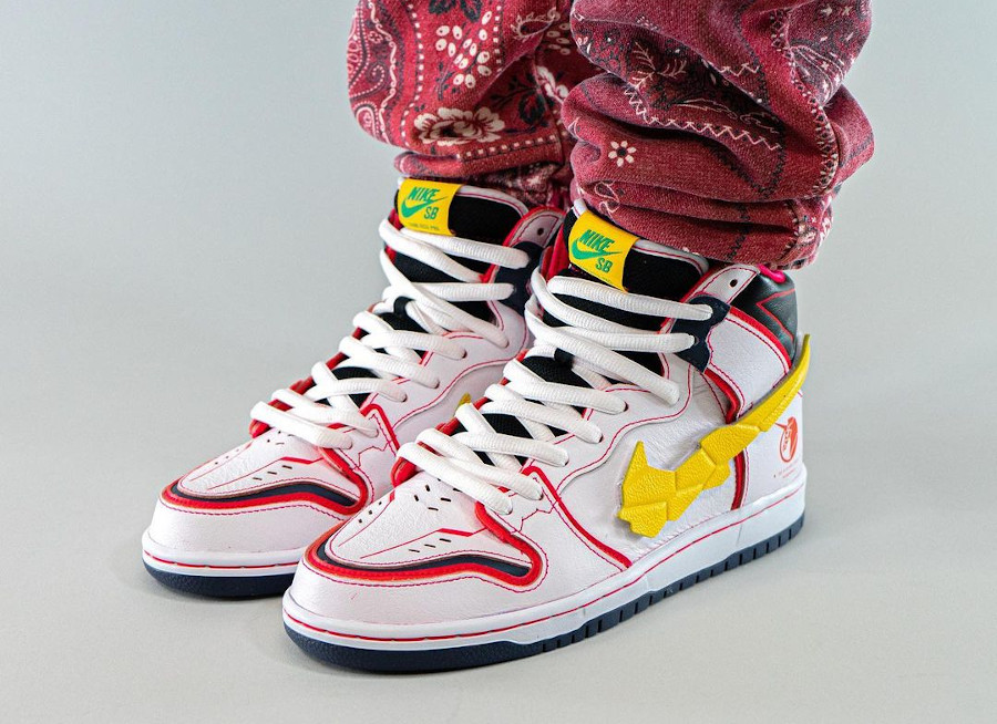 Bandai x Nike Dunk High Pro SB Mobile Suit blanche on feet (3)