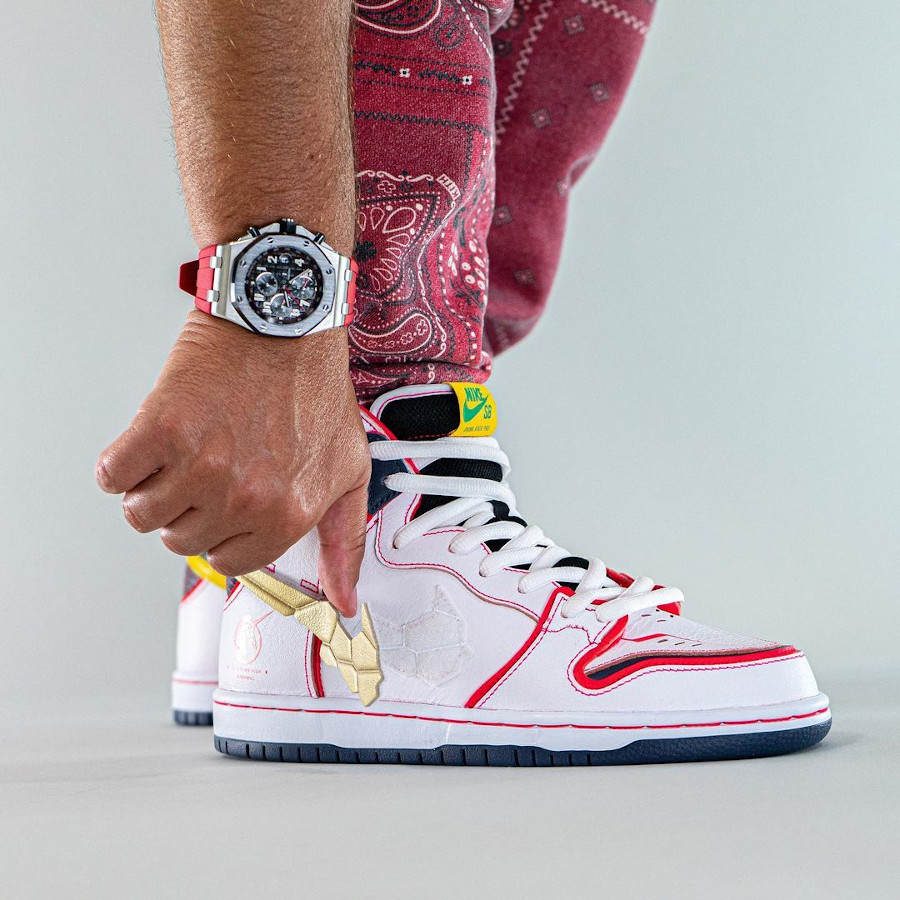 Bandai x Nike Dunk High Pro SB Mobile Suit blanche on feet (4)