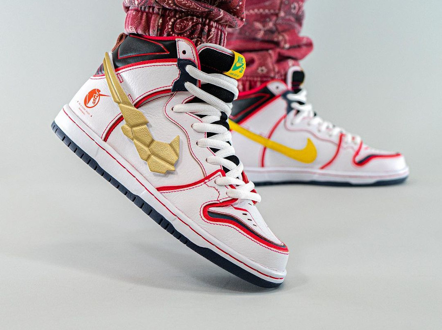 Bandai x Nike Dunk High Pro SB Mobile Suit blanche on feet (5)