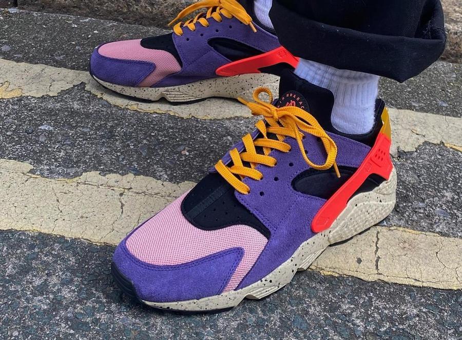 Nike Air Huarache violet noire et orange on feet