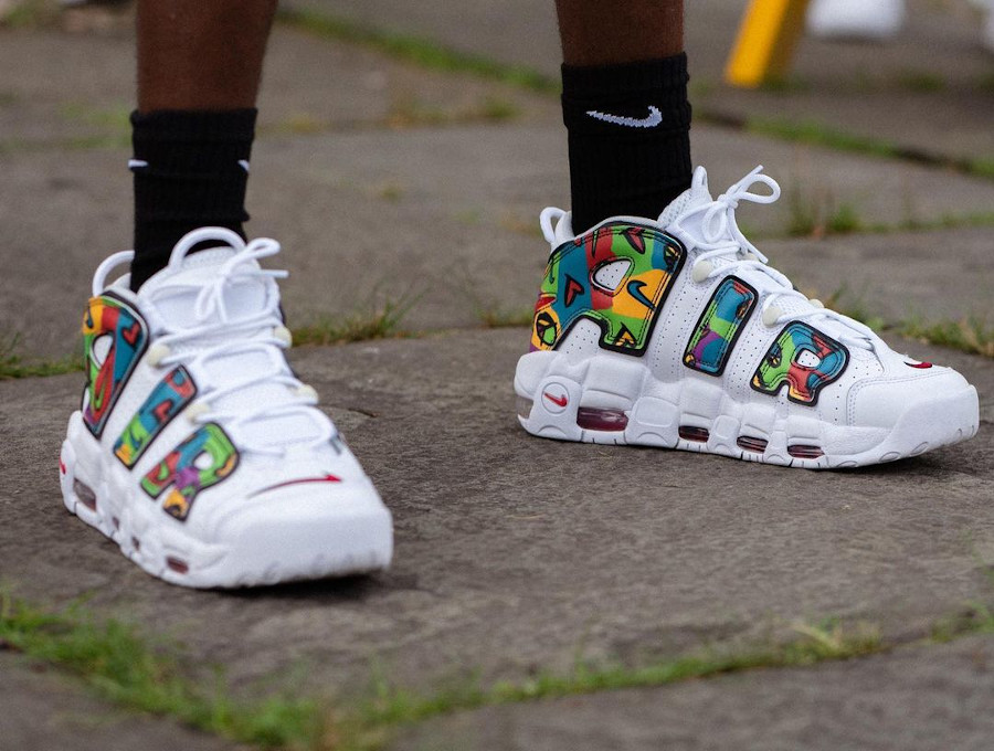 Nike Air More Uptempo blanche amour et paix on feet