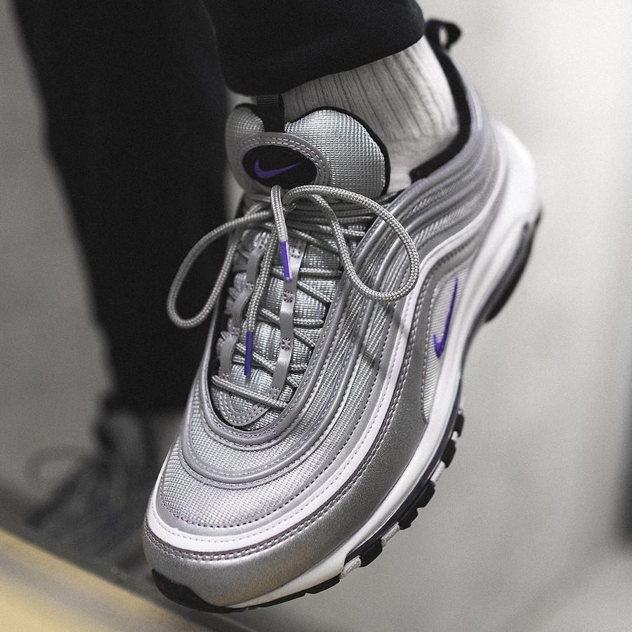 Nike AirMax 97 gris argent métallique et pourpre on feet (1)
