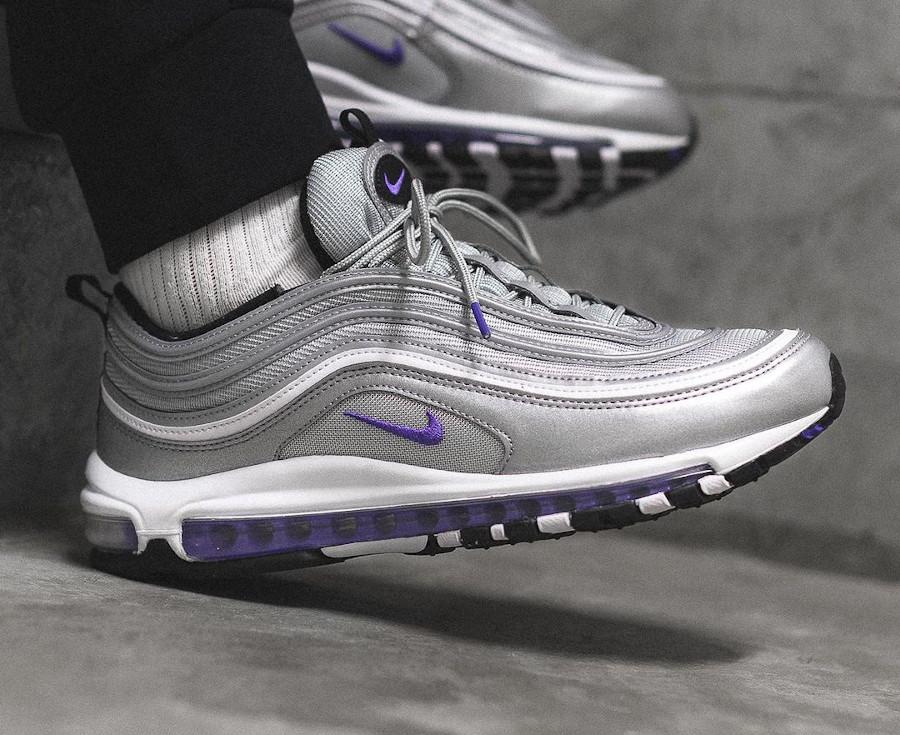 Nike AirMax 97 gris argent métallique et pourpre on feet (3)