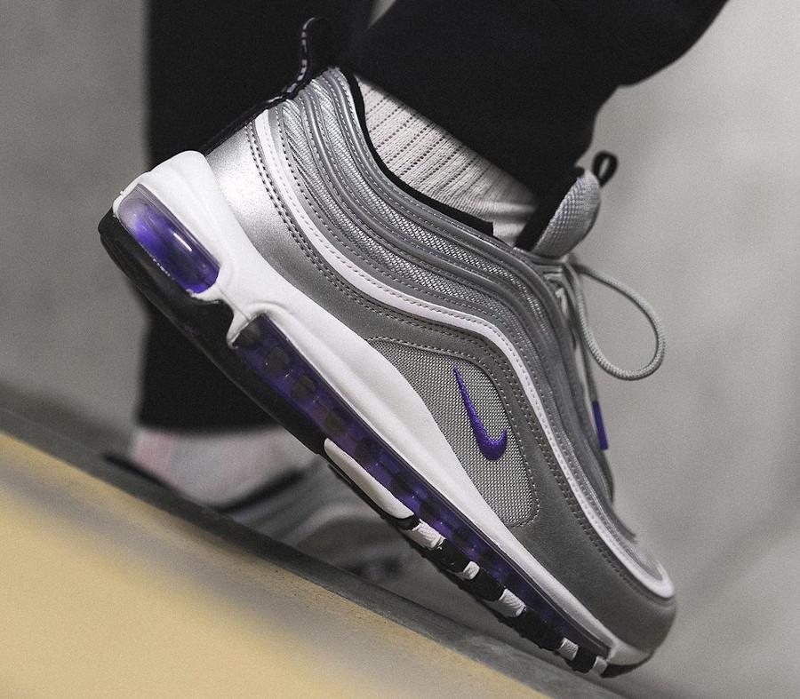 Nike AirMax 97 gris argent métallique et pourpre on feet (4)