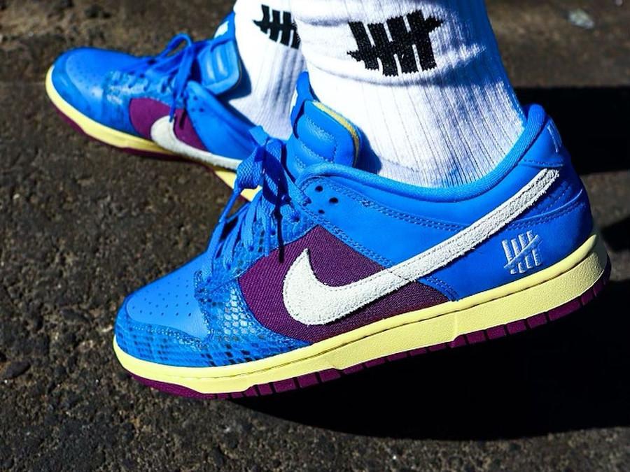 Nike Dunk Low 2021 blue et violette (imprimé serpent) on feet (1)