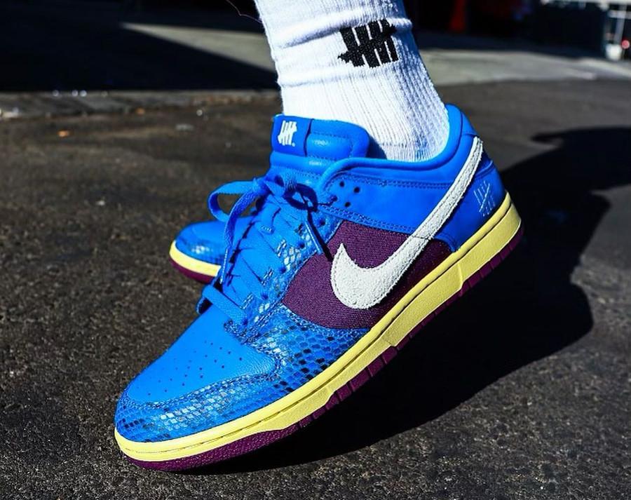 Nike Dunk Low 2021 blue et violette (imprimé serpent) on feet (2)