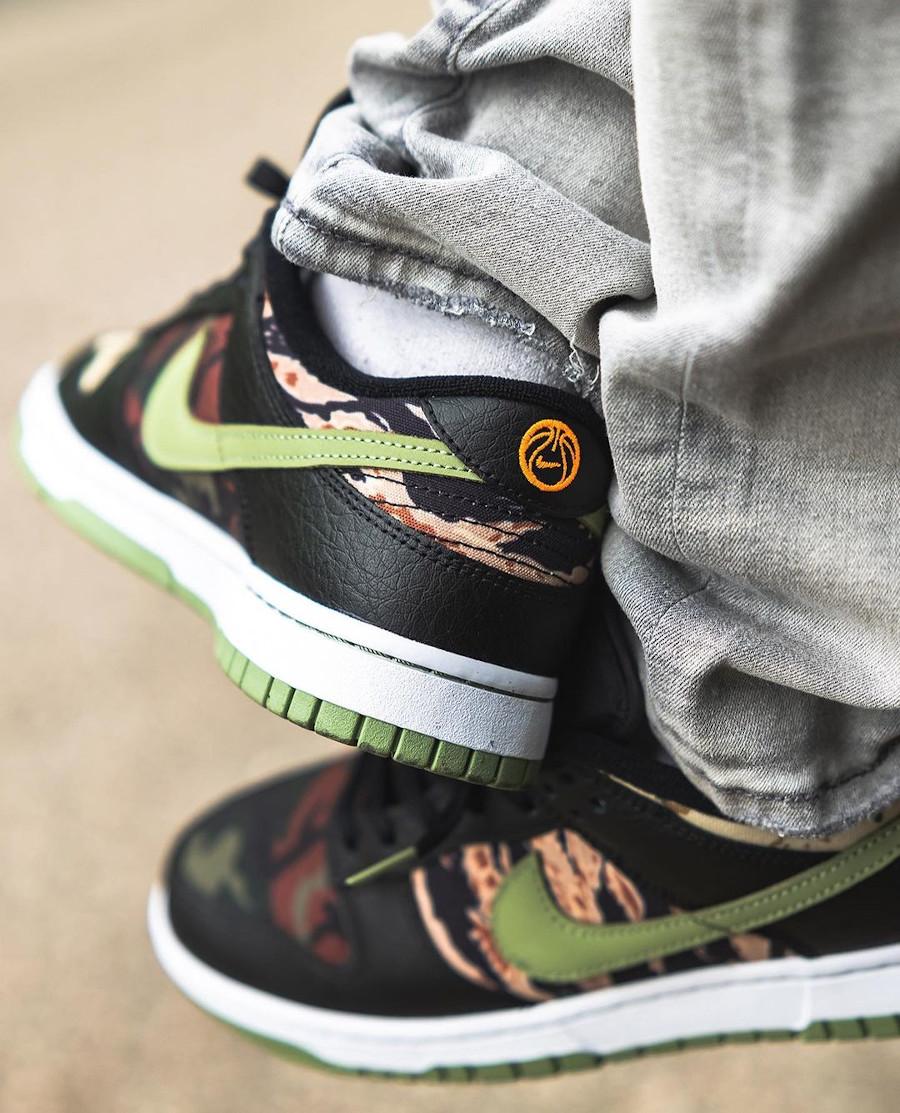 Nike Dunk Low SE camouflage vert noir et orange aux pieds (1)