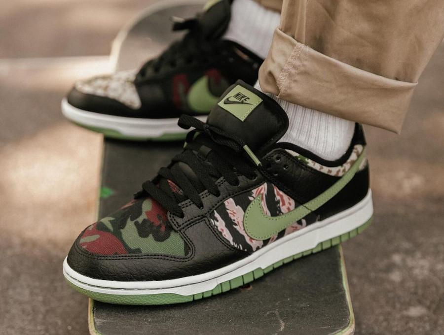 Nike Dunk Low SE camouflage vert noir et orange aux pieds (2)