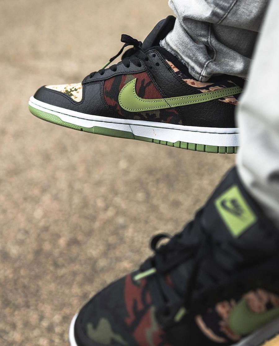 Nike Dunk Low SE camouflage vert noir et orange aux pieds (4)