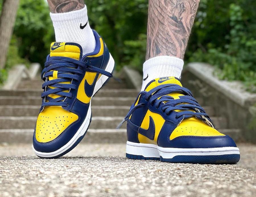 Nike Dunk Low bleu foncé et jaune on feet (1)