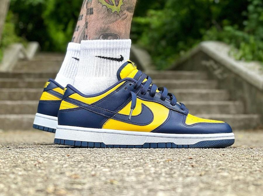 Nike Dunk Low bleu foncé et jaune on feet (2)