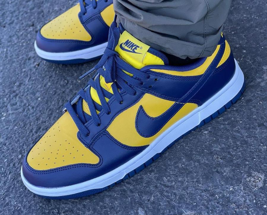 Nike Dunk Low bleu foncé et jaune on feet (3)