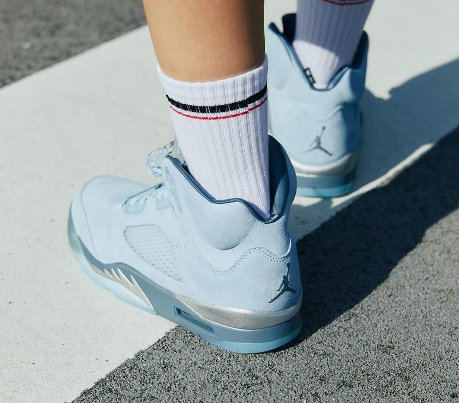 Air Jordan 5 Retro en nubuck bleu ciel on feet (1)