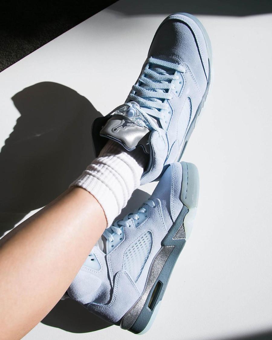 Air Jordan 5 Retro en nubuck bleu ciel on feet (2)