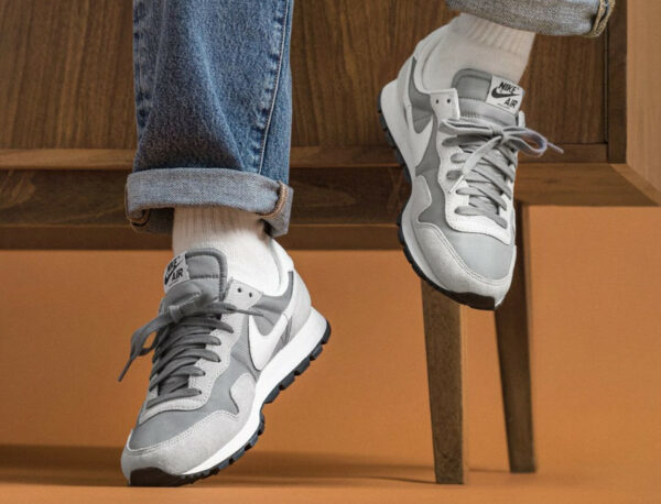 Nike Air Pegasus '83 Premium Grey Fog on feet (couv)